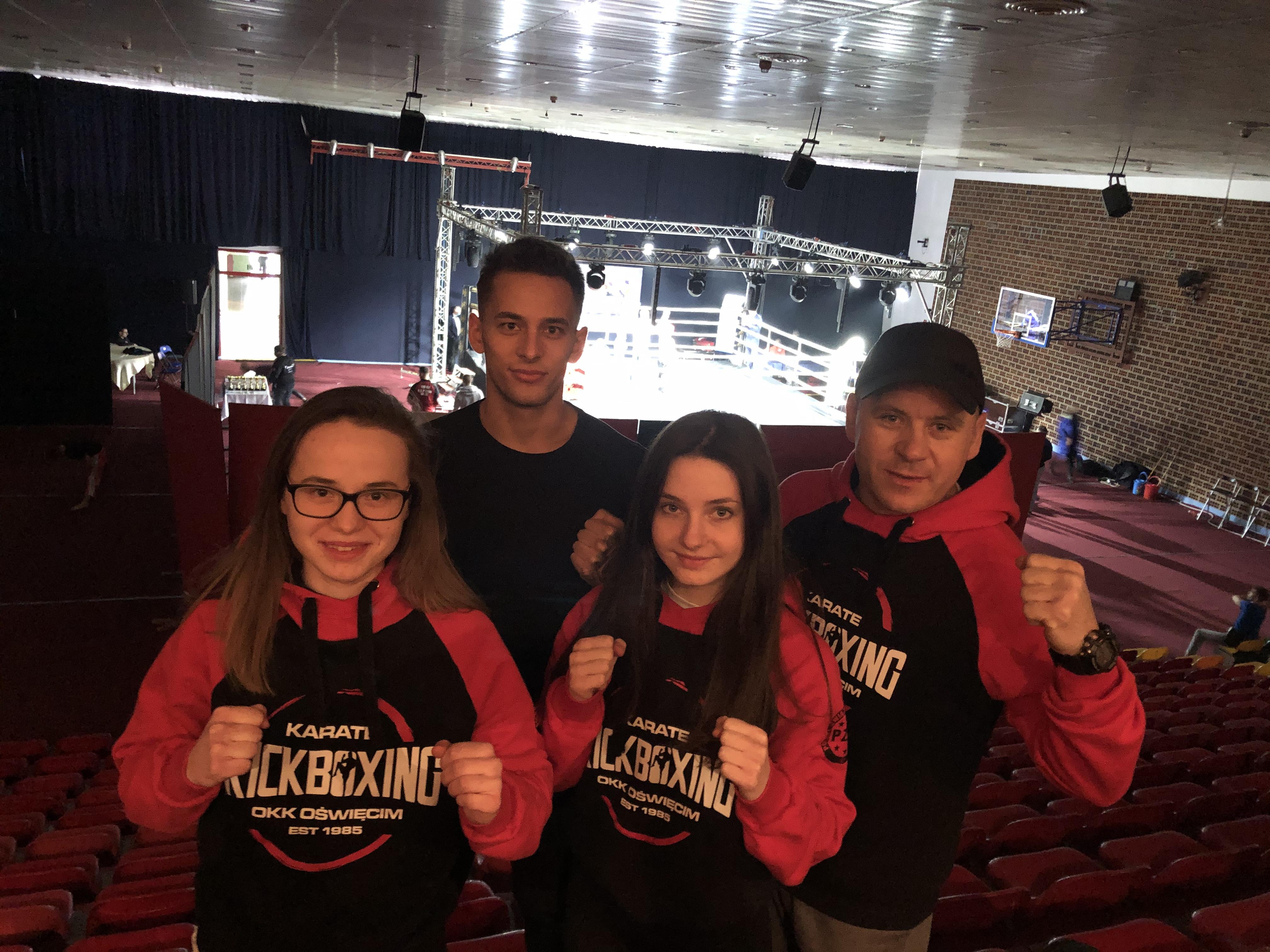 Młodzi oświęcimscy kick-boxerzy wrócili z młodzieżowych mistrzostw Polski w Kaliszu z kompletem medali. Fot. zbiory OKK/nadesłane